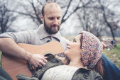 Couple in love  with guitar — Stockfoto