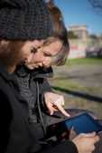 Casal usando tablet — Fotografia Stock