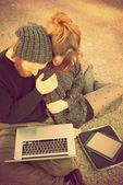 Pareja joven usando la tableta — Foto de Stock