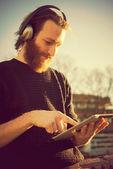 音楽を聞いている男性 — ストック写真