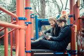 Jovem casal usando tablet — Foto Stock