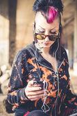 Punk morena usando tablet — Fotografia Stock