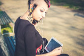 Punk meisje met tablet pc — Stockfoto