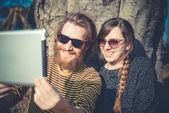 Paar met behulp van tablet pc — Stockfoto