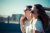 Twee mooie jonge vrouwen — Stockfoto