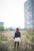žena v městské krajině — Stock fotografie