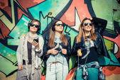 Amici ascoltando musica — Foto Stock