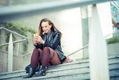 женщина, использующая смартфон — Стоковое фото