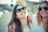两个女人很开心 — 图库照片
