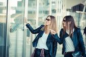 Twee vrouwen winkelen — Stockfoto