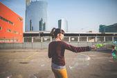 泡送風機を持つ女性 — ストック写真