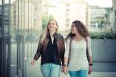ブロンドとブルネットの美しいスタイリッシュな若い女性 — ストック写真