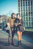 Joven pareja elegante moderno usando tableta urbana — Foto de Stock