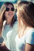 Två vackra unga kvinnor — Stockfoto