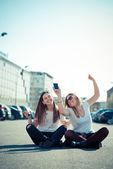 Twee mooie jonge vrouwen dansen — Stockfoto