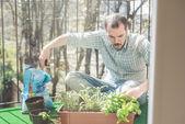 Stilig snygga man trädgårdsskötsel — Stockfoto