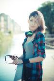 美しい若いモデル女性音楽を聴く — ストック写真