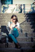 Jonge mooie brunette vrouw met slimme telefoon — Stockfoto