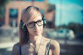 Kobieta słuchania muzyki — Zdjęcie stockowe