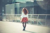 Mulher com cabelo cacheado vermelho — Fotografia Stock