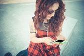Mulher jovem bonita hipster com cabelo ruivo cacheado — Fotografia Stock