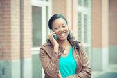 Donna tramite smartphone — Foto Stock
