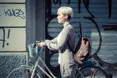 Bederní žena s kole — Stock fotografie