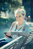 Bederní žena pomocí tabletu — Stock fotografie