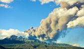 извергающийся вулкан — Стоковое фото