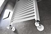 Koupelnové topení s oknem — Stock fotografie