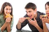 Teenageři jíst pizzu — Stock fotografie