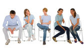 Sandalye üzerinde oturan gençler — Stok fotoğraf