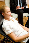 Psichiatra esaminando un paziente femminile — Foto Stock
