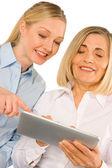 Dvě ženy podnikání pomocí tabletu — Stock fotografie