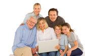 使用 pc tablet 的家庭 — 图库照片