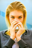 Sarışın genç kadın çay içme close-up — Stok fotoğraf