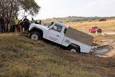 Blanc land rover defender 110 hc sur 4x4 parcours — Photo