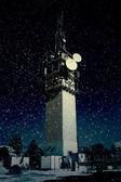 Große fernmeldeturm im schnee — Stockfoto