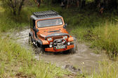 Crush Beige Jeep Wrangler Off-Roader V8 crossing muddy pond — Stock Photo