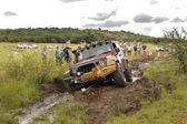 Krossa beige jeep rubicon korsning lera hinder — Stockfoto