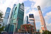 Construcción con grúa de edificios modernos en ciudad downtow — Foto de Stock