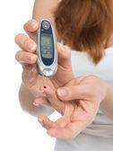 Cukrzycy pacjent pomiaru poziomu glukozy badanie krwi z glucome — Zdjęcie stockowe