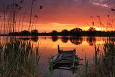 Günbatımı üzerinde eski bir köprü — Stok fotoğraf