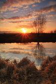 Raios de sol no nascer do sol no rio — Foto Stock