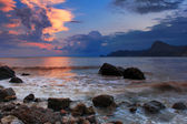 Colorful sunset in a quiet ocean cove — Stockfoto