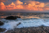 Colorful sunset in a quiet ocean cove — Стоковое фото