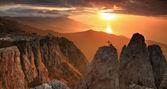 Dağlarda altın gündoğumu — Stok fotoğraf