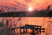 Alba colorata sul fiume — Foto Stock