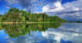 Panorama de reflexión cielo nublado en el lago — Foto de Stock