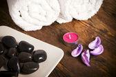 Ręcznik świece i kamyki. — Zdjęcie stockowe